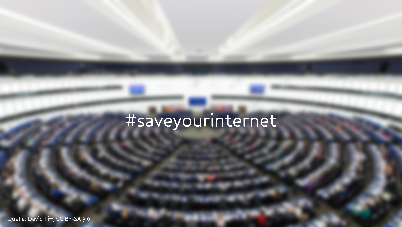 Blick in das EU-Parlament mit dem Schriftzug #saveyourinternet